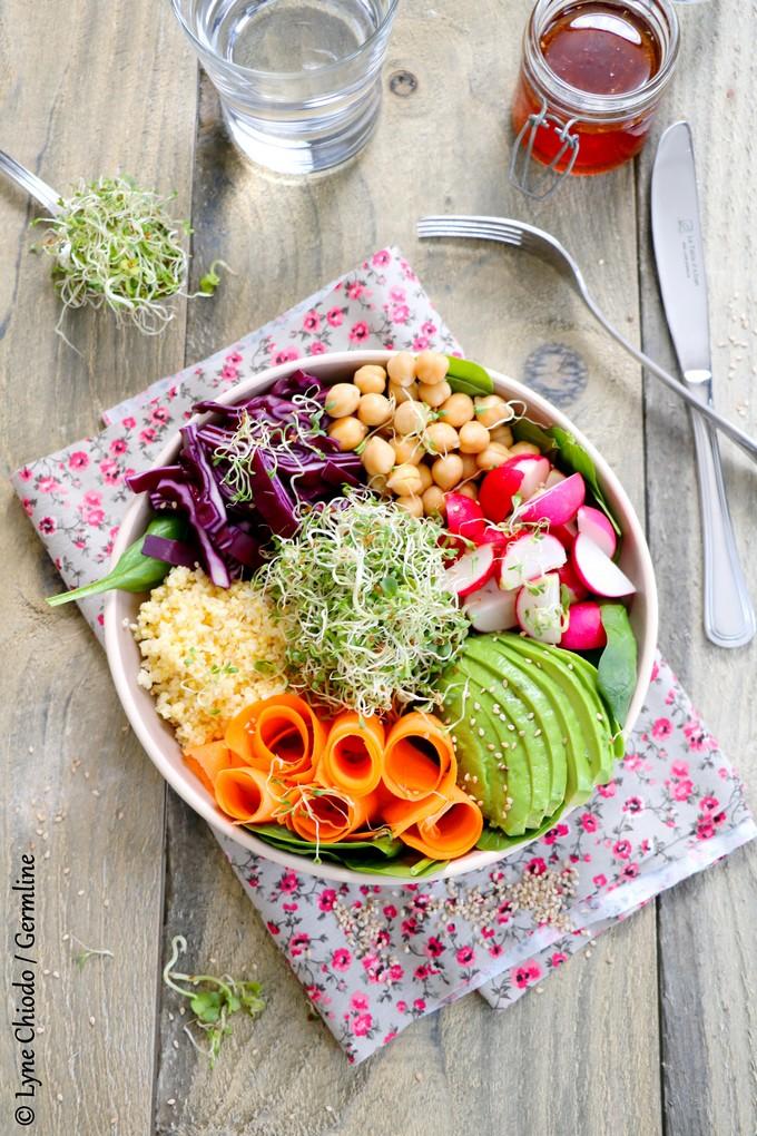 Buddha bowl aux graines germées d'alfalfa, radis et fenouil