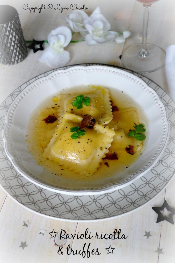Ravioli aux morilles, truffes et ricotta dans un bouillon