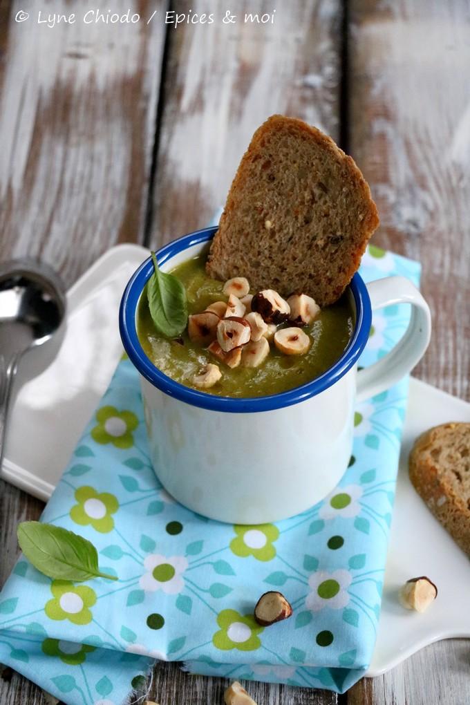 Epices & moi - Soupe aux poireaux, brocoli et noisettes grillés